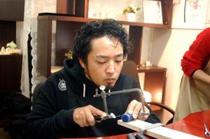 糸ノコ作業中