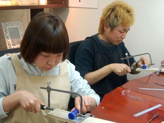 ワックスの糸ノコ作業