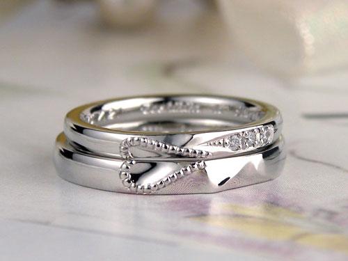 イニシャルとハートの結婚指輪