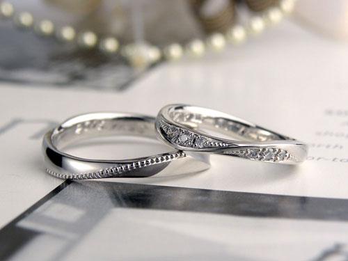 捻れを境にダイヤとミル打ちの結婚指輪