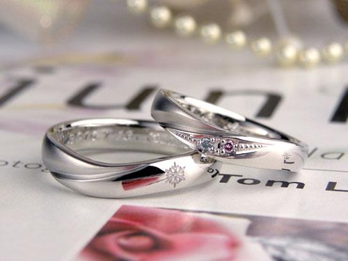 ピンクと水色ダイヤの指輪