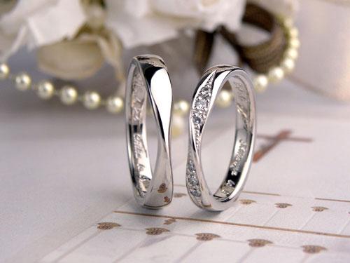 メビウスの輪にダイヤを入れた結婚指輪