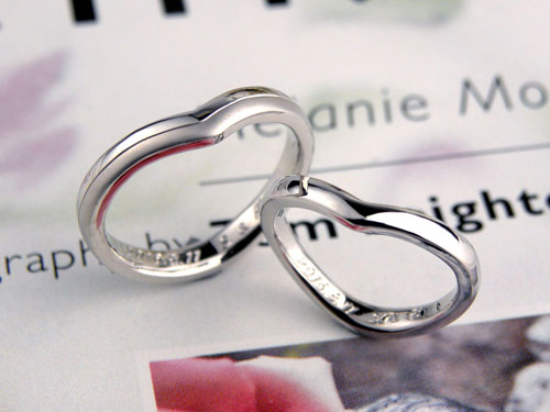 V字型プラチナつや消し光沢結婚指輪