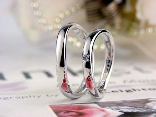 大き目のダイヤS字型結婚指輪