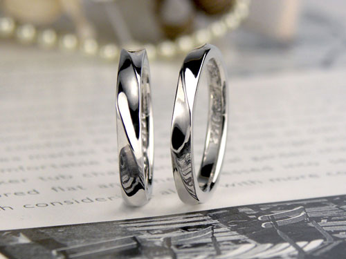 表面が捻れた結婚指輪