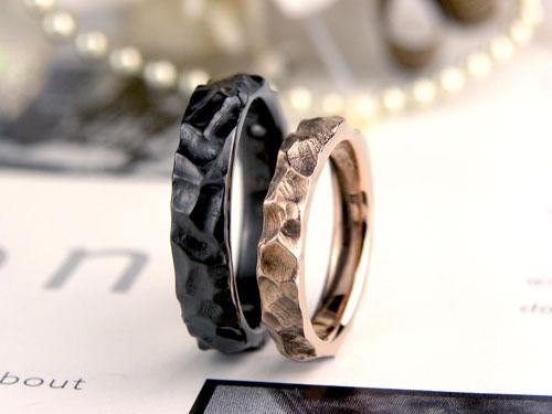 岩肌のピンクとブラックの結婚指輪