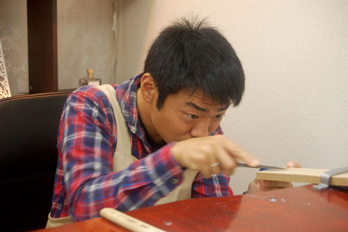 手作り指輪をヤスリで削る