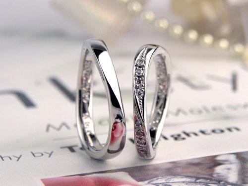 S字型で捻ってダイヤの豪華な結婚指輪