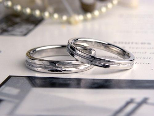 いびつなラインが入った手作り結婚指輪