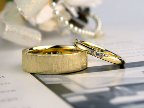イエローゴールド幅広結婚指輪シルク仕上げ