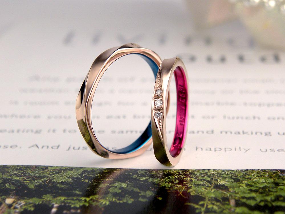 ピンクゴールドで捻じれたブルーの手作り結婚指輪