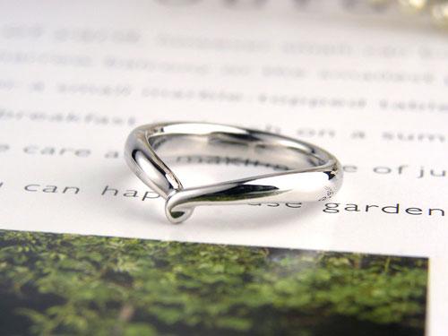 手と手を繋いだ手作り指輪