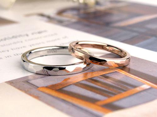 プラチナとピンクゴールドの槌目結婚指輪