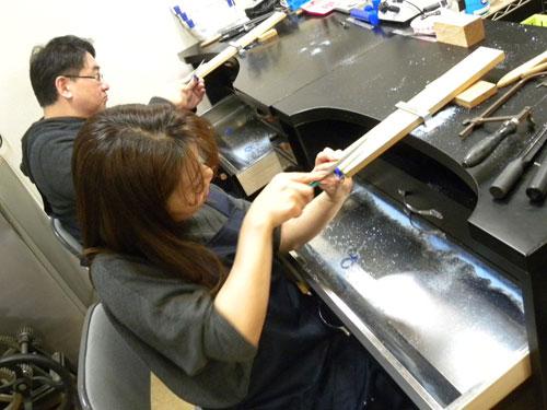 指輪原型を削る作業