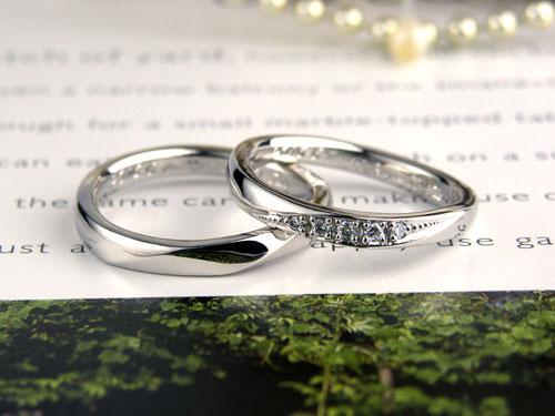 折り目で捻れた手作り結婚指輪