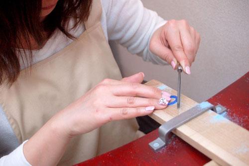 ネイルで指輪製作作業