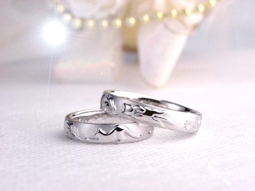 伸びをするネコの結婚指輪