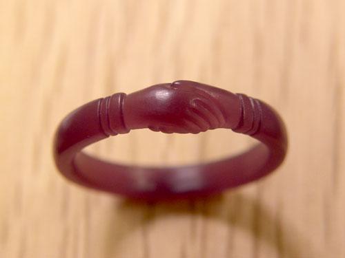 手が握手する結婚指輪原型
