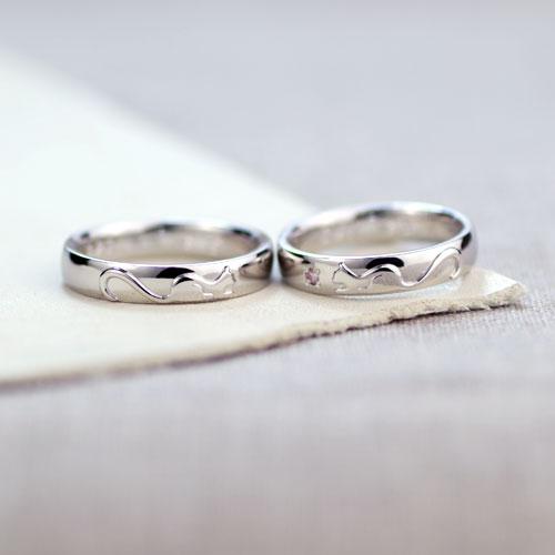 ネコが向かい合う結婚指輪