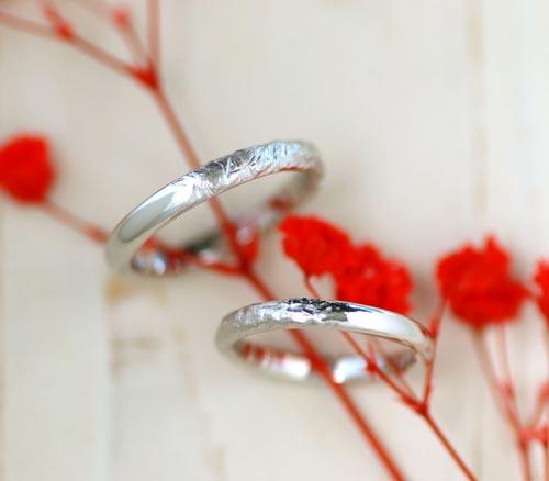光沢と凸凹が半周の手作り結婚指輪