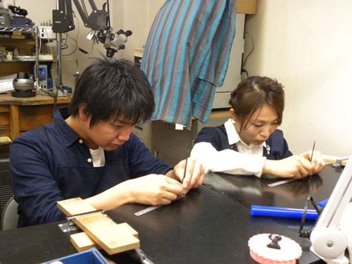 二人で結婚指輪の手作り作業