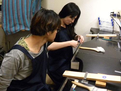 手作り作業する二人