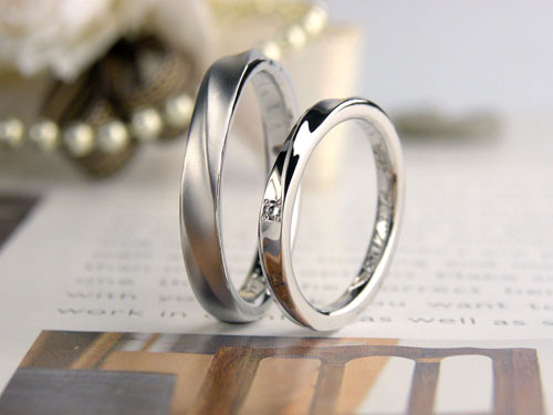 光沢とつや消しの捻じれた手作り結婚指輪
