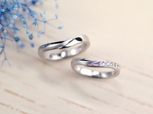 互い違いの腕が重なる手作り結婚指輪
