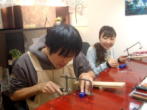 大阪工房で手作り作業する二人