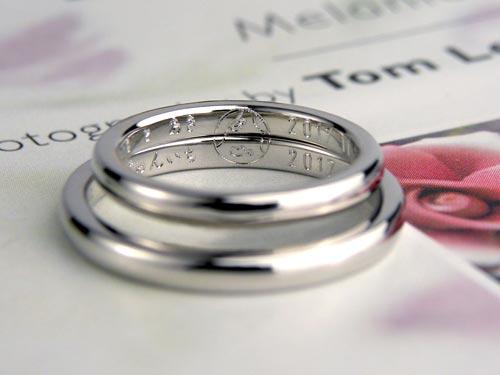 手描きの地球の彫刻が浮かぶ手作り結婚指輪