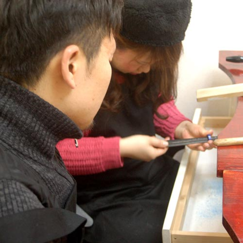 指輪作りする大阪のカップル