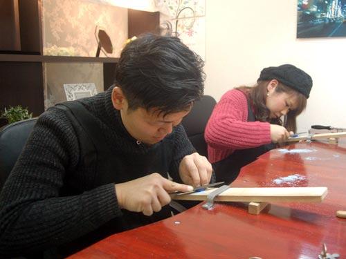 ヤスリで指輪を削る大阪のお客様