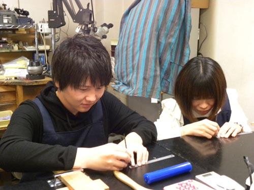 手作り作業をするカップル