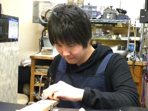 指輪ワックスを切る作業