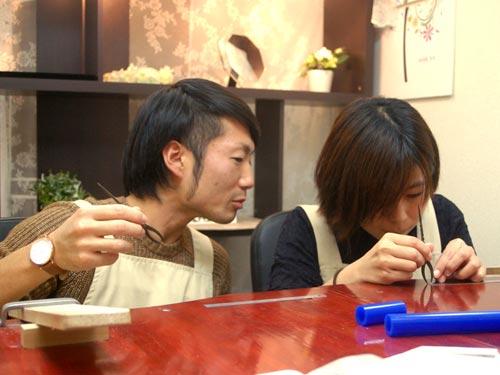 手作り作業する大阪のカップル