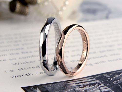 ランダムな削り跡がデザインの手作り結婚指輪