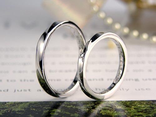 螺旋状のダイヤが入った手作り結婚指輪