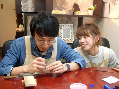 手作り作業するカップル