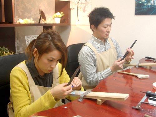 結婚指輪原型を手作りする大阪の2人
