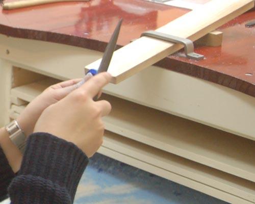 指輪の表面を削る作業