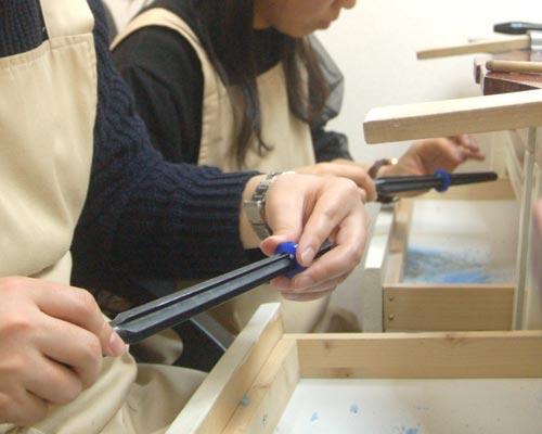 指輪の内側を削る作業