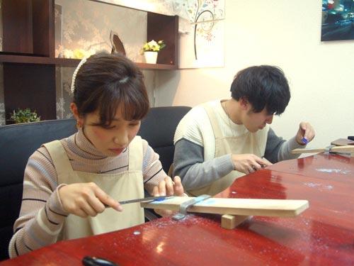 結婚指輪の原型を手作りする大阪カップル