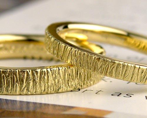 表面に模様を入れたイエローゴールド結婚指輪
