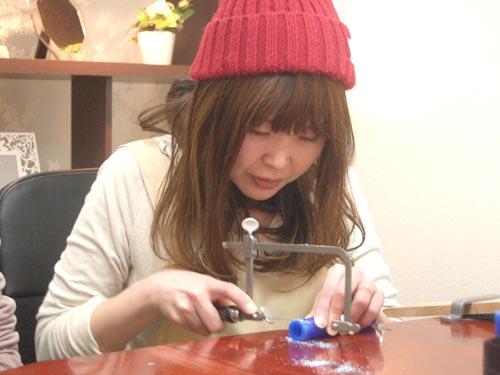 指輪を切り出す大阪のお客様