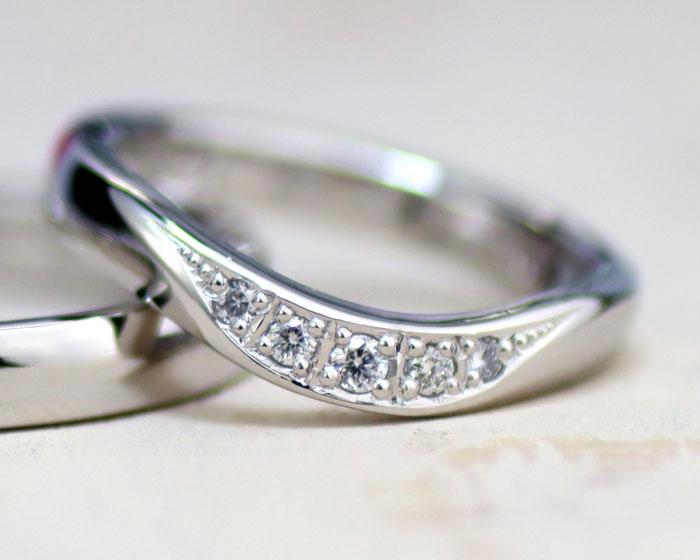 ダイヤが彫り留めの結婚指輪