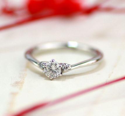 V字型ダイヤモンド婚約指輪