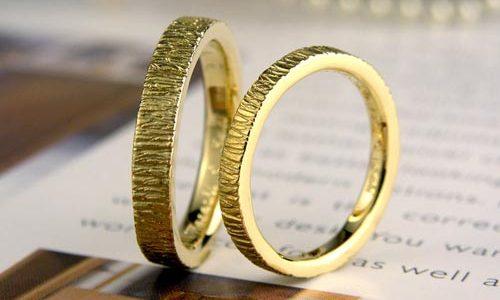 木の皮のようなレトロ手作り結婚指輪