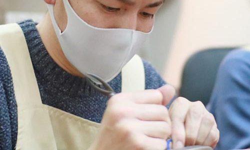 一生懸命結婚指輪を手作りする大阪のお客様