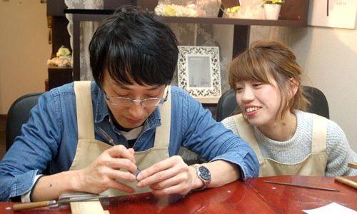 楽しそうに指輪作りするカップル