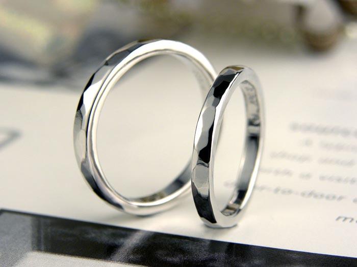 槌目がキラキラの手作り結婚指輪